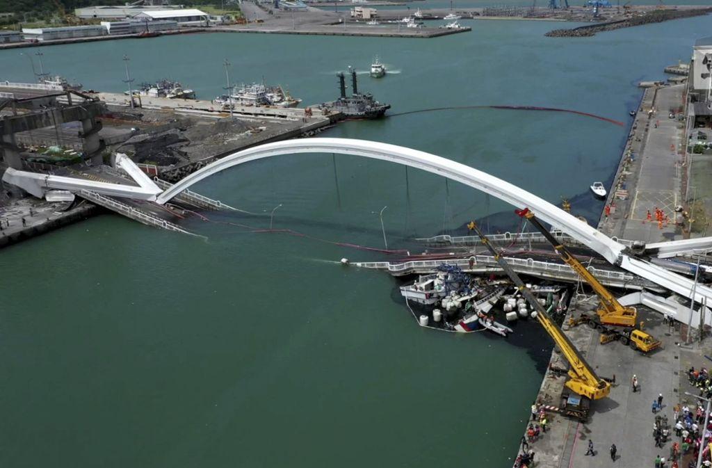 Warum die Brücke einstürzte, ist derzeit noch unklar. Foto: AFP/SAM YEH