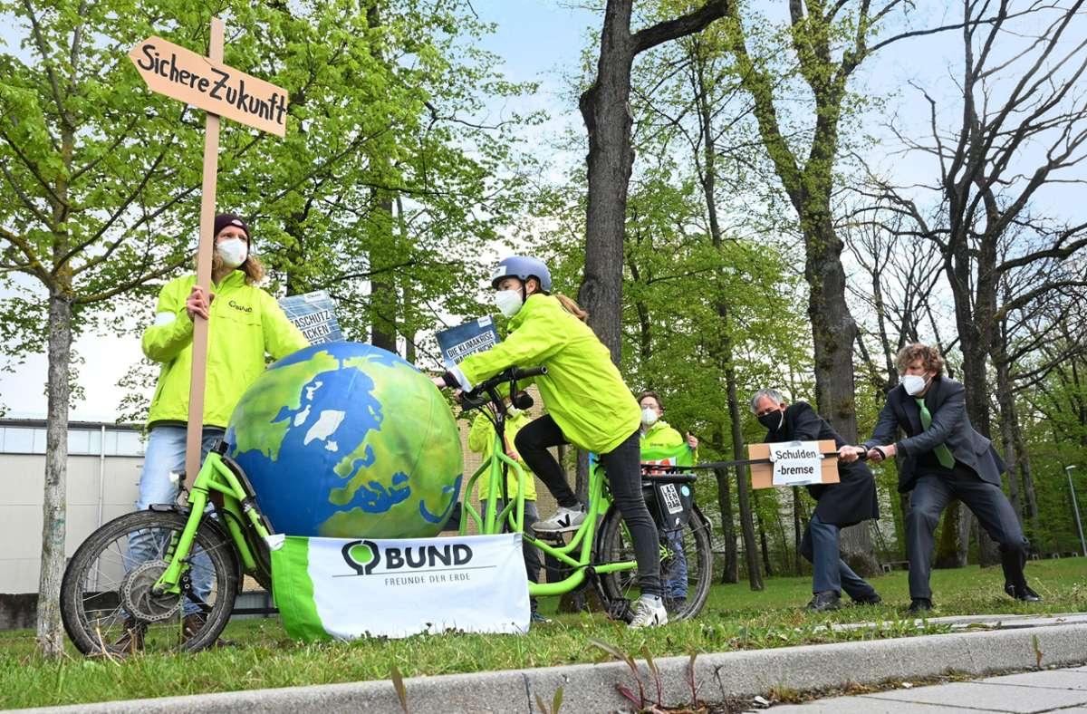 Die Naturschutzaktivisten vom BUND haben ihren Protest vor der Präsentation des Vertrags deutlich gemacht. Foto: dpa/Bernd Weissbrod