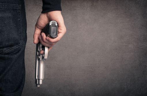 Maskierter überfällt Tankstelle mit silberner Pistole