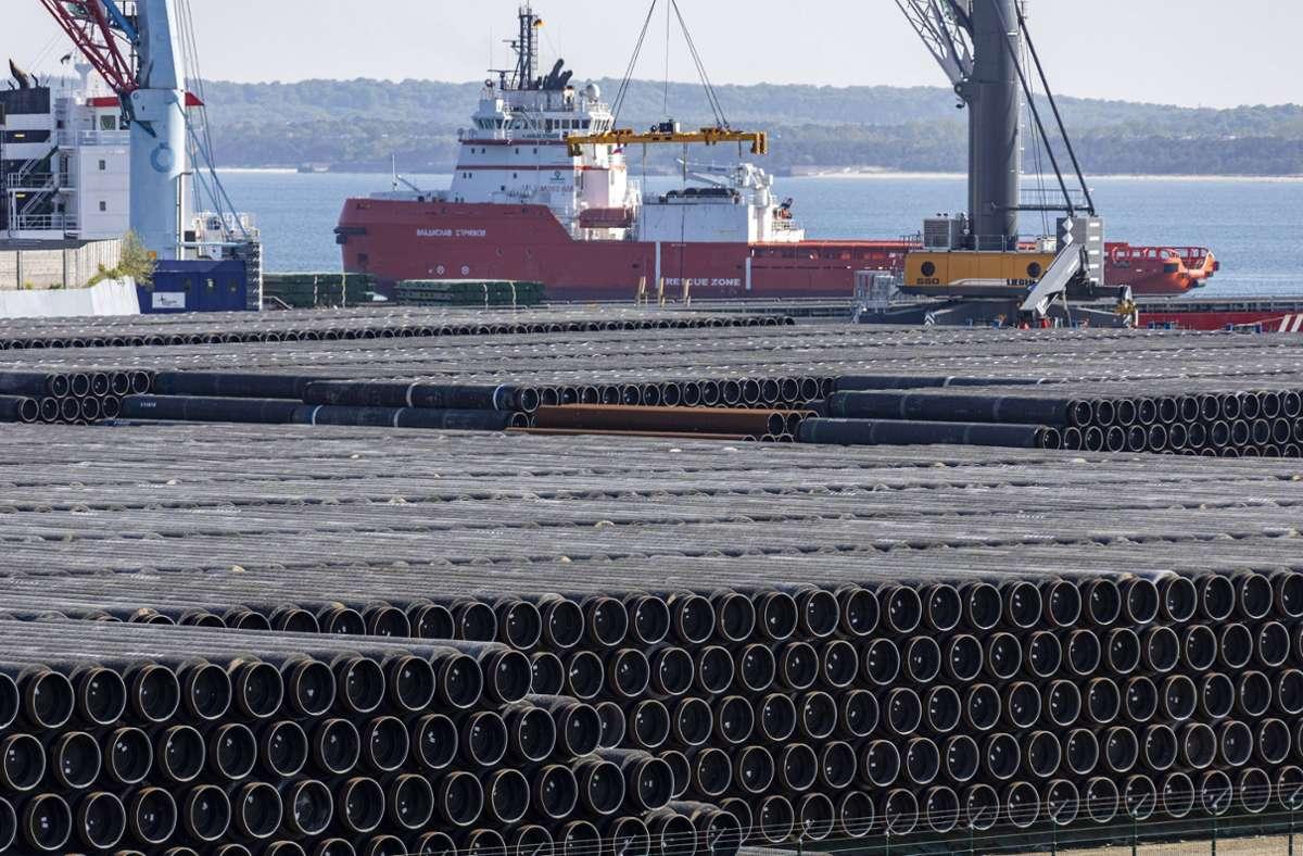 Ein Schiff wird in Mukran mit Rohren für die Ostseepipeline beladen. (Archivbild) Foto: imago images/Jens Koehler/Jens Koehler via www.imago-images.de