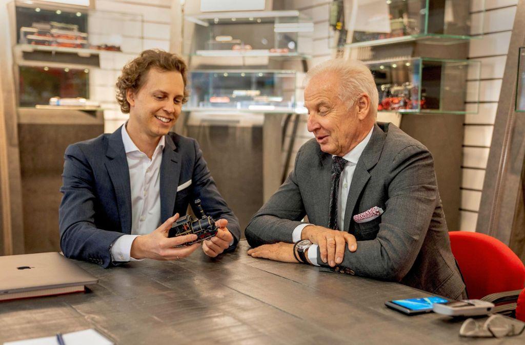 """""""Wie heißt die Lok noch mal?"""", fragt Michael Sieber (rechts) seinen Sohn, den Märklin-Chef Florian Sieber. Dabei weiß er, dass """"Emma"""" der Verkaufserfolg des Jahres war. Foto: Simba Dickie"""