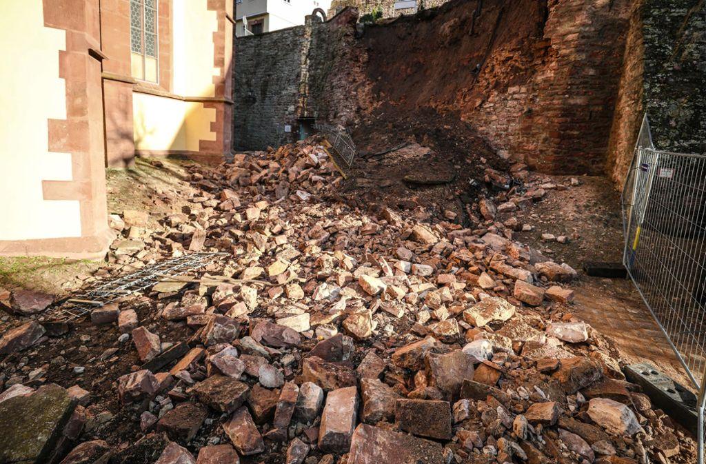In Wertheim ist am frühen Dienstagmorgen eine Mauer eingestürzt. Foto: dpa/Christoph Schmidt