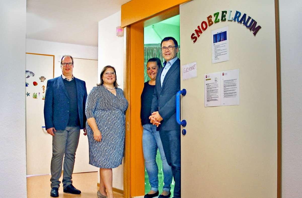 """Stefan Frommberger, Christiane Wallis, Beatrix Schmidt und Uwe Hardt (von links) vor dem """"Snoezelraum"""" Foto: Susanne Müller-Baji"""