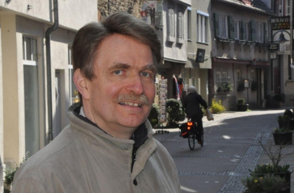 Werner Geilsdörfer in der Küblergasse, die in seinem Buch Schauplatz einer rasanten Verfolgungsjagd ist. Foto: Georg Linsenmann
