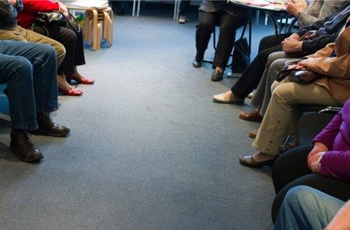 Ein vertrautes Bild: Patienten warten in einer Arztpraxis auf die Behandlung.  Aber schon bei der Terminvergabe gibt es oft wochenlange Wartezeiten. Foto: dpa