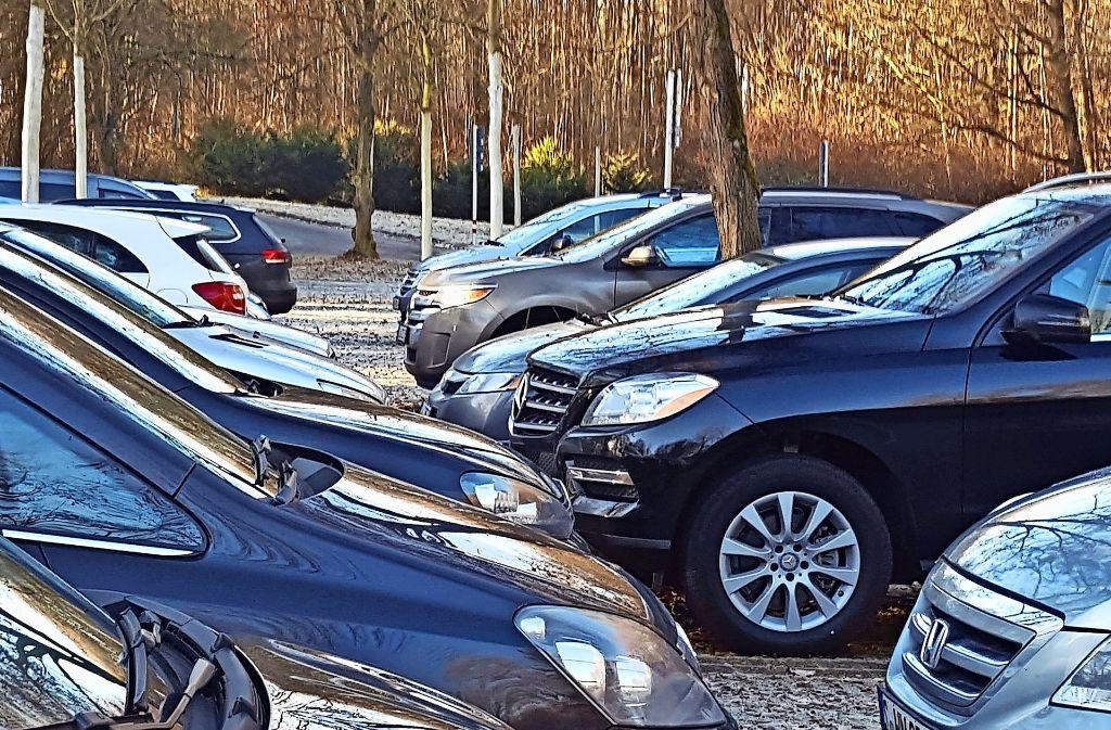 Wochentags ist der Parkplatz am Buchrainfriedhof voll. Fast keines der Autos hat ein Stuttgarter Kennzeichen. Foto: Gabriele Leitz/z