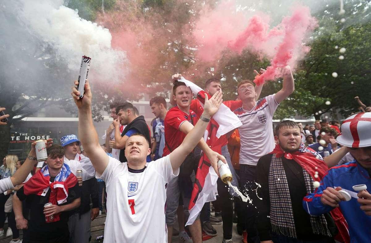 Die englischen Fans sind bereits vor dem Halbfinale in Feierlaune. Foto: dpa/Zac Goodwin