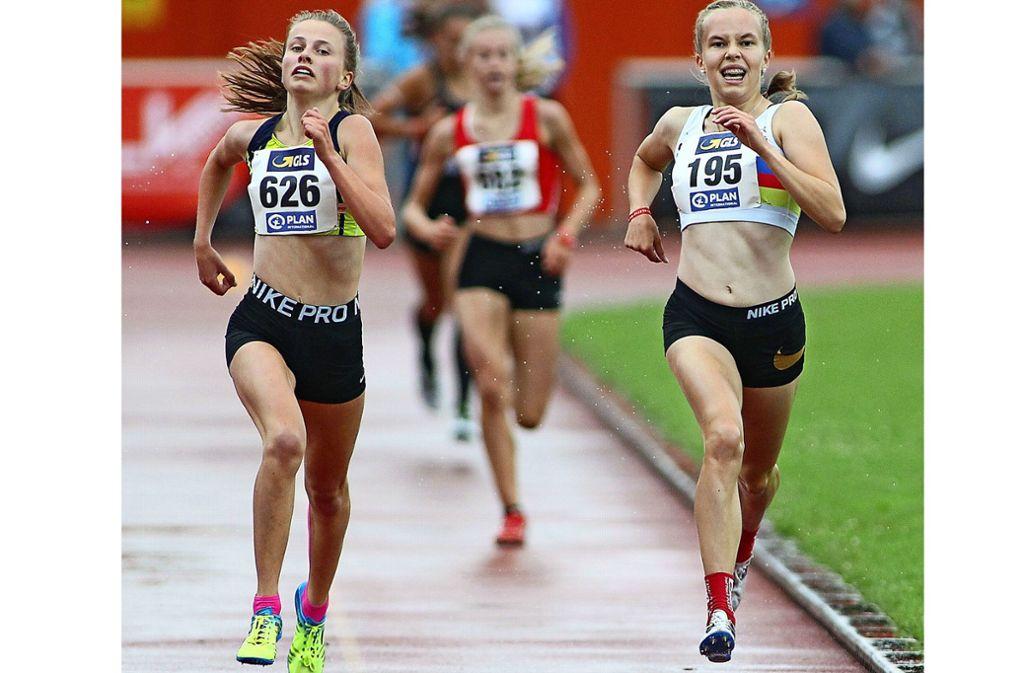 Knappe Sache: Die Gebersheimerin Kira Weis (links) überholt Johanna Uherek  auf den letzten Metern. Foto: