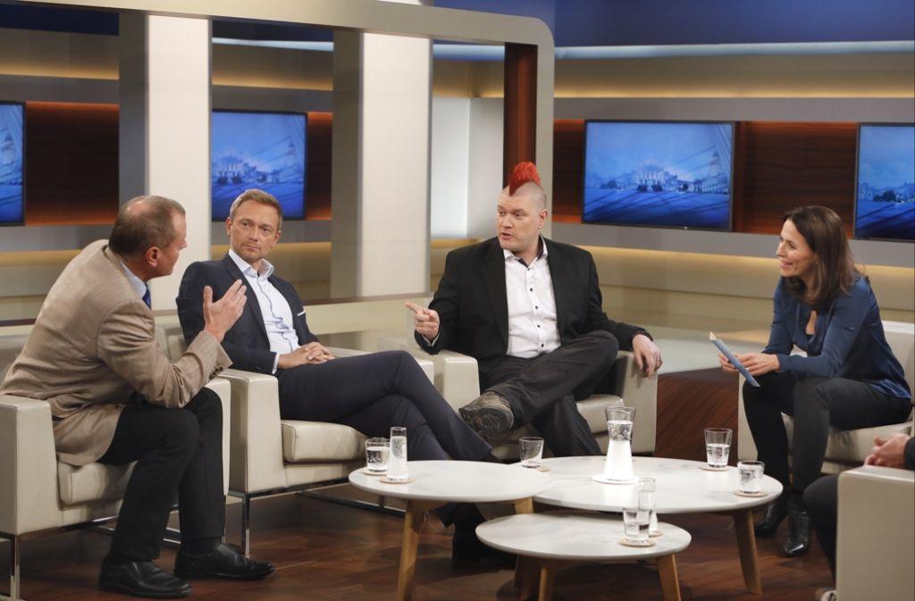 Anne Will (rechts) ist die Diskussion mit Manfred Spitzer, Christian Lindner und Sascha Lobo (von links) um die digitalisierte Arbeitswelt stellenweise entglitten. Foto: ARD/NDR Presse und Information