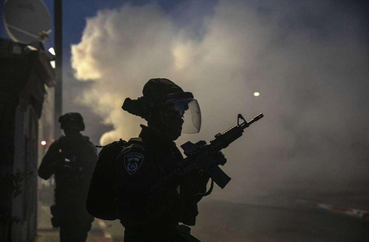 In der zentralisraelischen Stadt Lod sind israelische Sicherheitskräfte im Einsatz. Foto: dpa/Heidi Levine