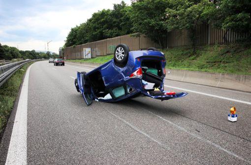 Auto prallt gegen Betonmauer