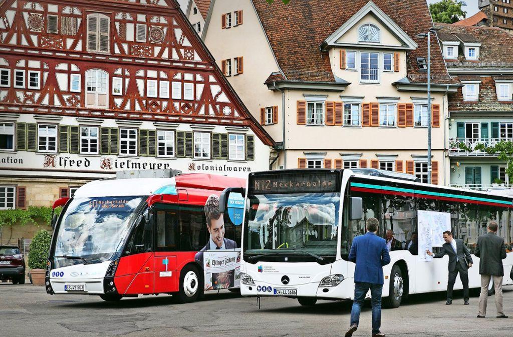 Der Bus als Werbebotschaft. Der Esslinger Finanzbürgermeister Ingo Rust (Zweiter von links) erklärt die Ausweitung des Nachtbusangebots Foto: Horst Rudel