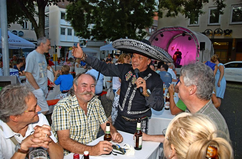 Erfolgreicher  Feierabendmarkt:  Auch beim lateinamerikanischen Abend   waren die Bänke  bis auf den letzten Platz gefüllt. Foto: