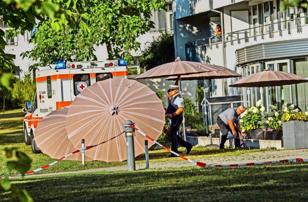 Nach dem Sprung vom Hotelbalkon in Möhringen konnten die Rettungskräfte nur noch wenig für den Verdächtigen tun Foto: SDMG