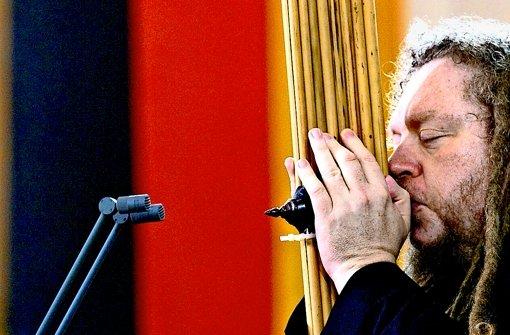 Der Mahner spielt Flöte