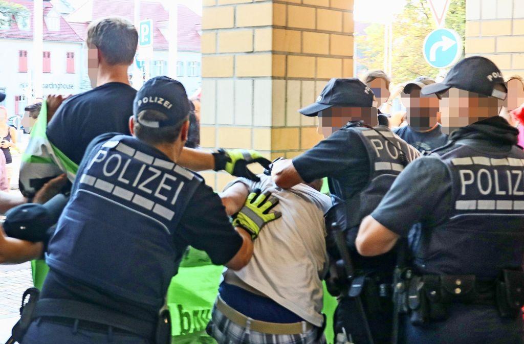"""Zwischen Anti-AfD-Demonstranten und der Polizei kam es im Juli 2017 vor dem Forum zu  Rangeleien. Die Protestler sprachen  von """"massiven Schlägen"""". Foto: factum/Archiv"""