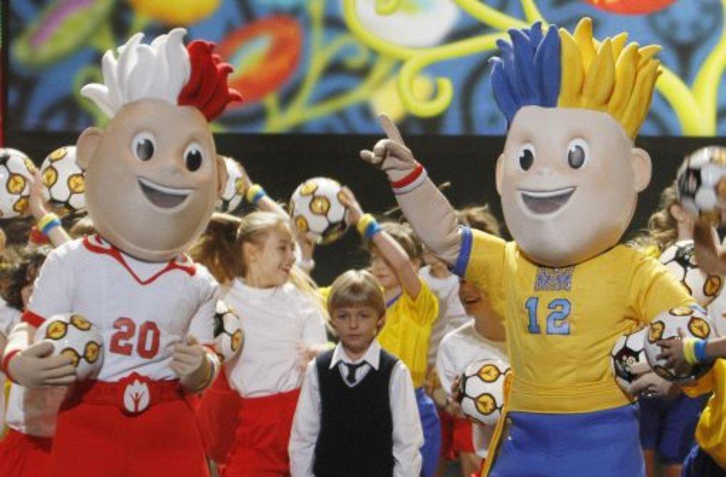 Die beiden Maskottchen Slavek (links, Polen) und Slavko (rechts, Ukraine) stimmen auf die EM ein. Wohnen wird die ... Foto: AP