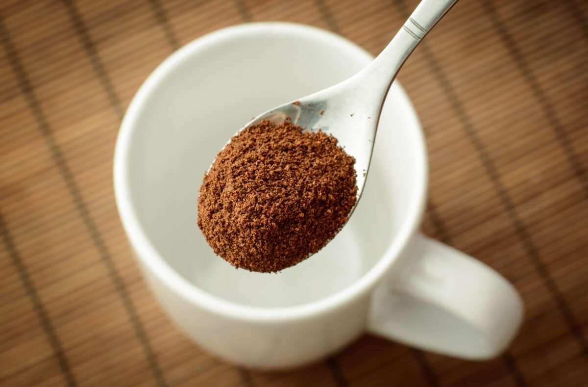 Hier erfahren Sie, wie Sie schnell und einfach die richtige Menge Kaffeepulver für eine Tasse Kaffee dosieren. Foto: Vitalii Stock / Shutterstock.com
