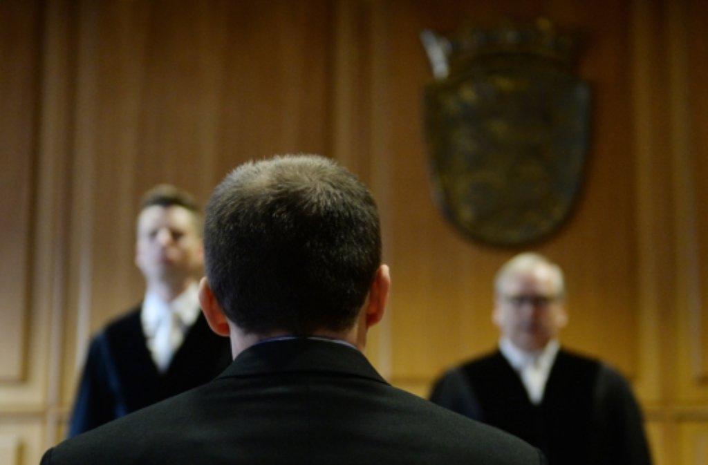 Ihm wird 19-fache Brandstiftung vorgeworfen: der 30-jährige Angeklagte beim Prozessauftakt vor dem Landgericht in Heilbronn. Ihm wird unter anderem die Brandstiftung in einem Autohaus in Asperg vorgeworfen (siehe Bilderstrecke). Foto: dpa