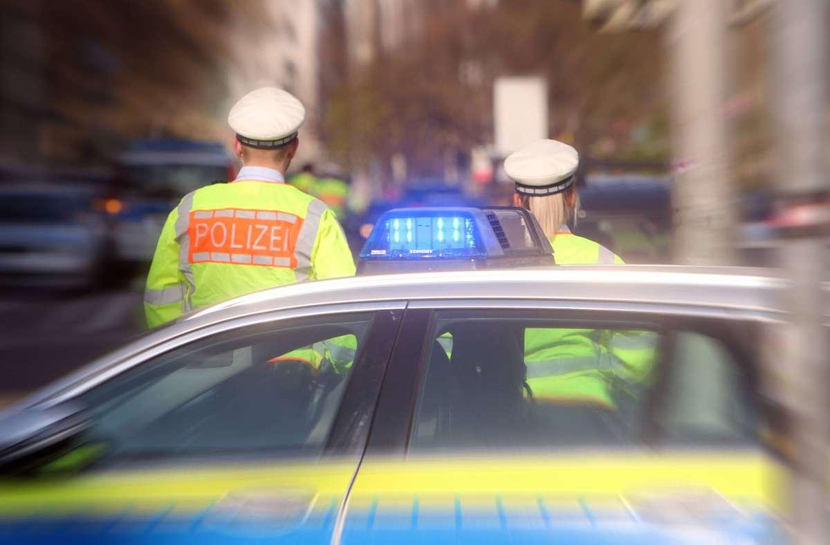 Wegen des Verdachts auf ein illegales Straßenrennen beschlagnahmte die Polizei zwei Führerscheine. (Symbolfoto) Foto: imago images / Ralph Peters/Ralph Peters
