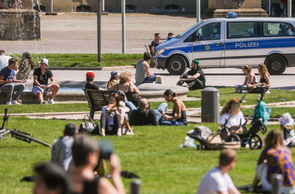 Fast wirkt es, als sei auf dem Stuttgarter Schlossplatz wieder Normalität eingekehrt – aber die Corona-Regeln bestimmen nach wie vor über das Alltagsgeschehen. Foto: dpa/Christoph Schmidt