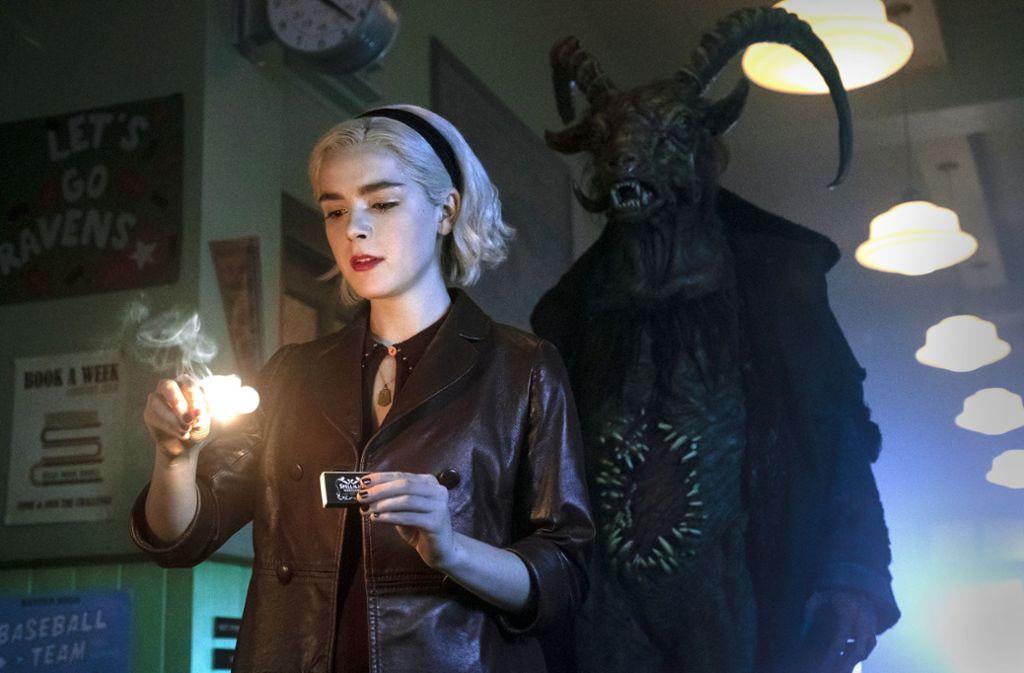 Junghexe Sabrina (Kiernan Shipka) bekommt Besuch vom Höllenfürsten.Foto:Netflix Foto: