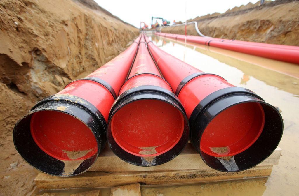 Rohre für Erdkabel: Die neue Stromtrasse von Nord nach Süd soll in 1,80 Meter Tiefe verlaufen. Wenn die Baugruben wieder zugeschüttet sind, ist von der Leitung nichts mehr zu sehen. Foto: dpa
