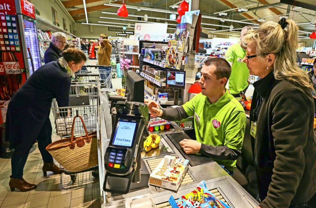 Für einen guten Zweck sitzt Daniel Töpfer am Samstag an der Supermarktkasse. Foto: factum/Simon Granville