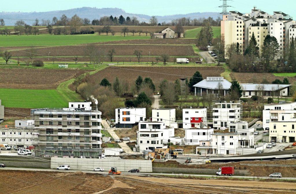 Hier  bei den Neckarterrassen in Neckarweihingen könnte die Stadt weiter wachsen – das Bild zeigt die alten Hochhäuser und das jüngste Neubaugebiet. Foto: factum/Granville