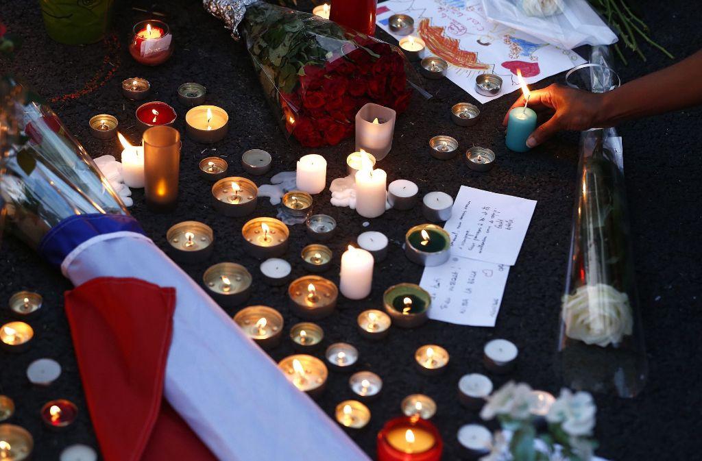 Menschen trauern um die Terroropfer von Nizza. Foto: EPA