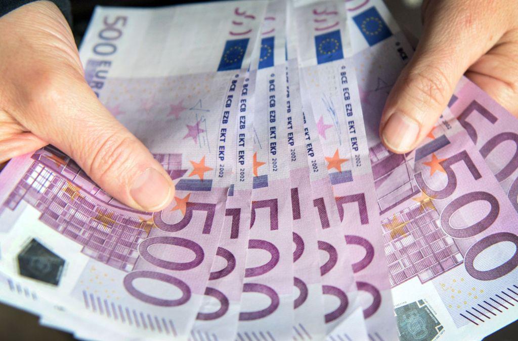 Die Seniorin hob auf der Bank Bargeld ab und überreichte es einer Komplizin des Betrügers. Foto: dpa