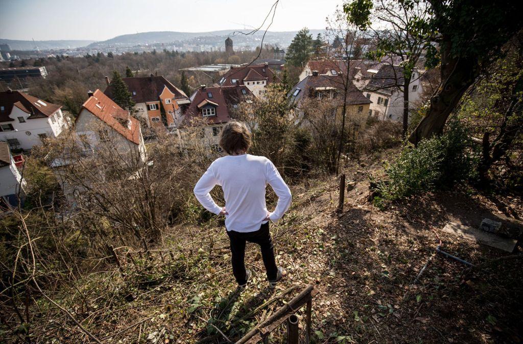 Ein betroffener Anwohner begutachtet den abgeholzten Steilhang. Foto: /Lichtgut/Leif Piechowski