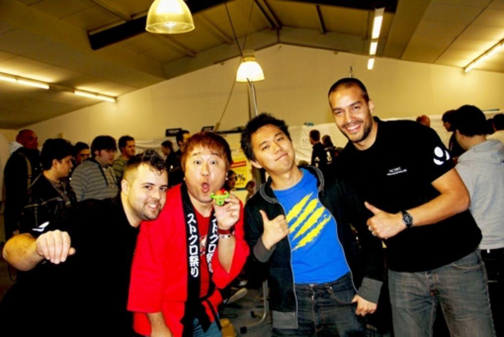 Yoshinori Ono (2. von links) posiert mit den Organisatoren des Turniers, Zeljko Celica (links) und Tony Couchi (rechts),  sowie mit Profispieler Tokido. Foto: Torsten Ströbele