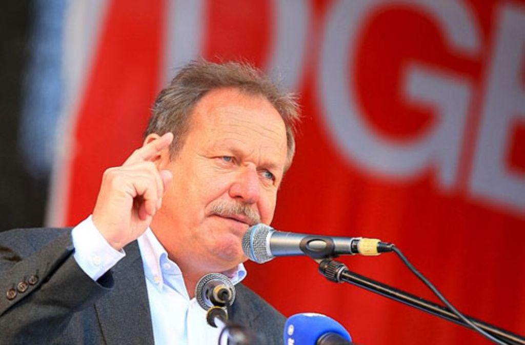 Der Verdi-Bundesvorsitzende Frank Bsirske spricht am 1. mai auf dem Burgplatz in Essen bei der traditionellen Maikundgebung. Foto: dpa