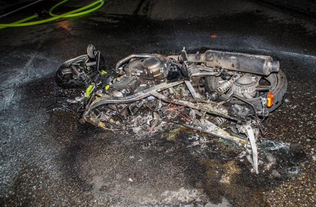 Das Motorrad war nach dem Zusammenprall in Brand geraten. Der Fahrer verstarb noch an der Unfallstelle. Foto: SDMG