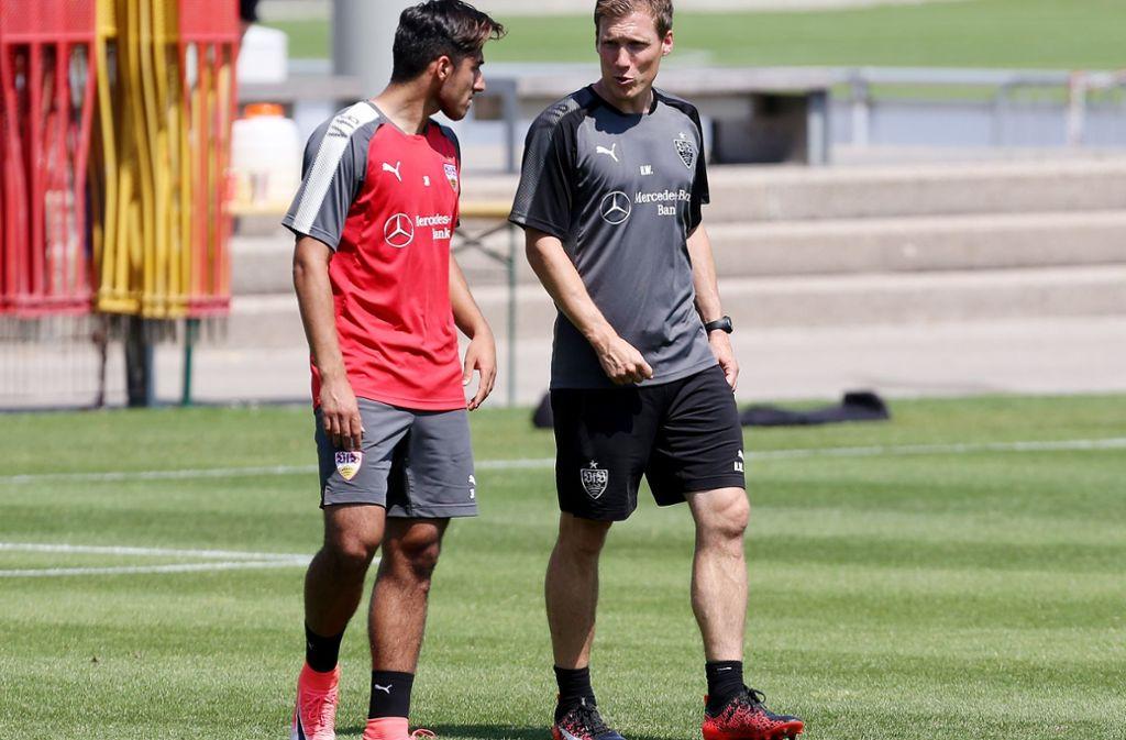 Sie tauschen den Brustring gegen die HSV-Raute: Trainer Hannes Wolf (re.) und Berkay Özcan. Foto: Baumann