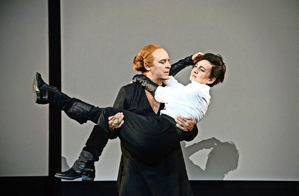 Wallenstein (Ragna Pitoll), auf den Arm genommen von seiner Schwägerin (Klaus Rodewald) Foto: Theater