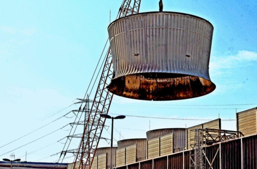 Nach der Stillegung des AKW  Neckarwestheim im Jahr 2011 wurde 2012 mit dem Rückbau begonnen. Unser Bild zeigt  den Abbau eines Teils  von einem Zellenkühlturm. Foto: dpa