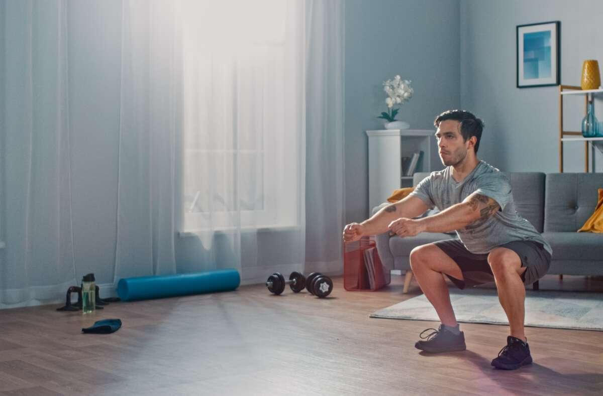 Wir zeigen Ihnen 17 hilfreiche Tipps, wie Sie sich beim Training zuhause dauerhaft motivieren. Foto: Gorodenkoff / Shutterstock.com