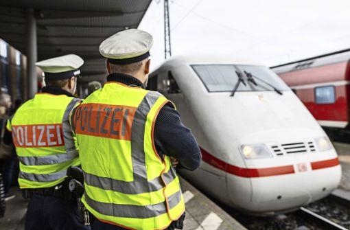 Polizisten tragen schlafenden Tübinger aus dem Zug