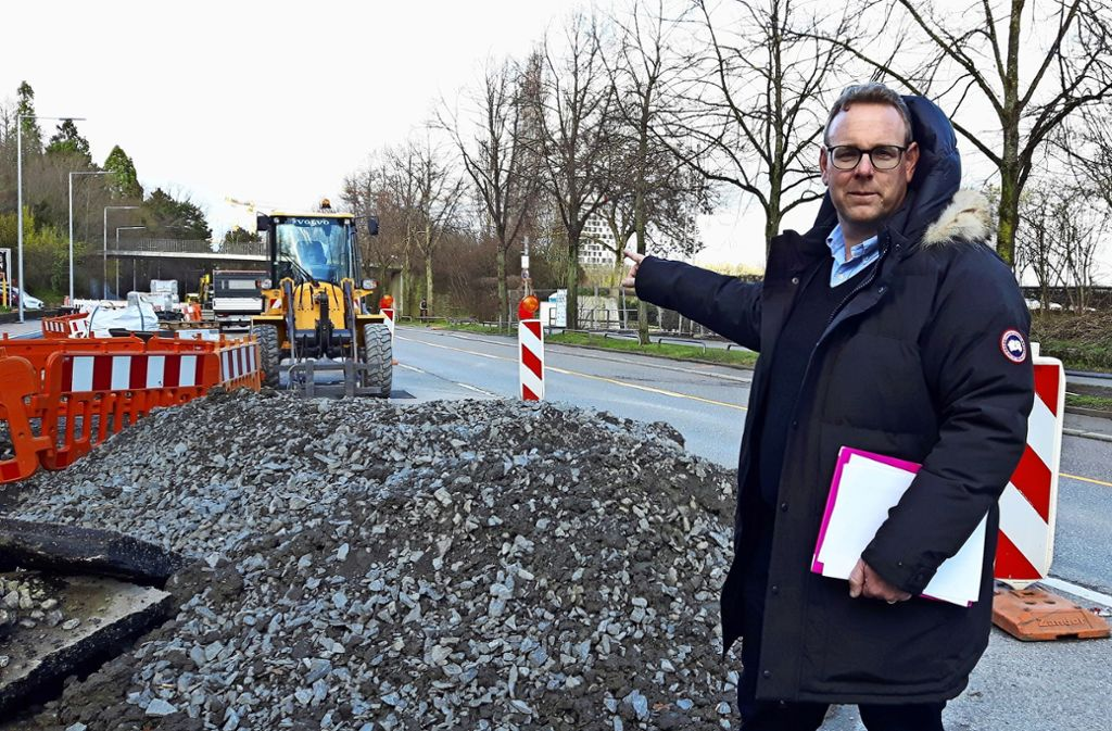 Der CDU-Bezirksbeirat Timo Haug kann es nicht fassen, dass sich der Umbau der Stresemannstraße so lange hinzieht. Foto: Eva Funke