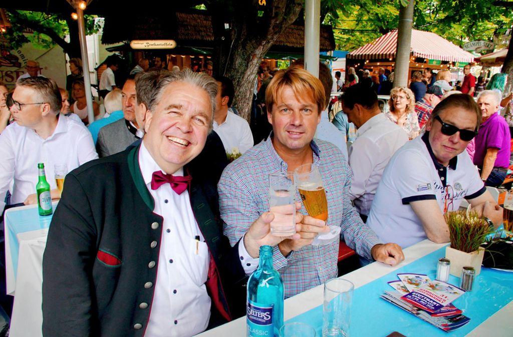 Heute ist den  BZS-23-Stadträten Heinrich Fiechtner und Bernd Klingler (v.l.) nicht mehr zum Feiern zumute. Sie sind nicht im nächsten Gemeinderat. Ihre  Betrugsvorwürfe gegen Bürgermeister Wölfle teilt das Arbeitsgericht  nicht. Foto: Andreas Rosar/Fotoagentur Stuttgart