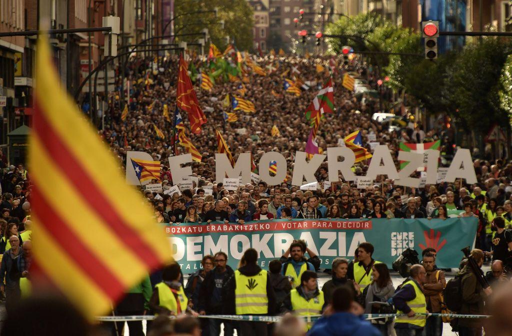 Die Menschen in Barcelona gehen für das Unabhängigkeitsreferendum Kataloniens auf die Straße. Foto: AP