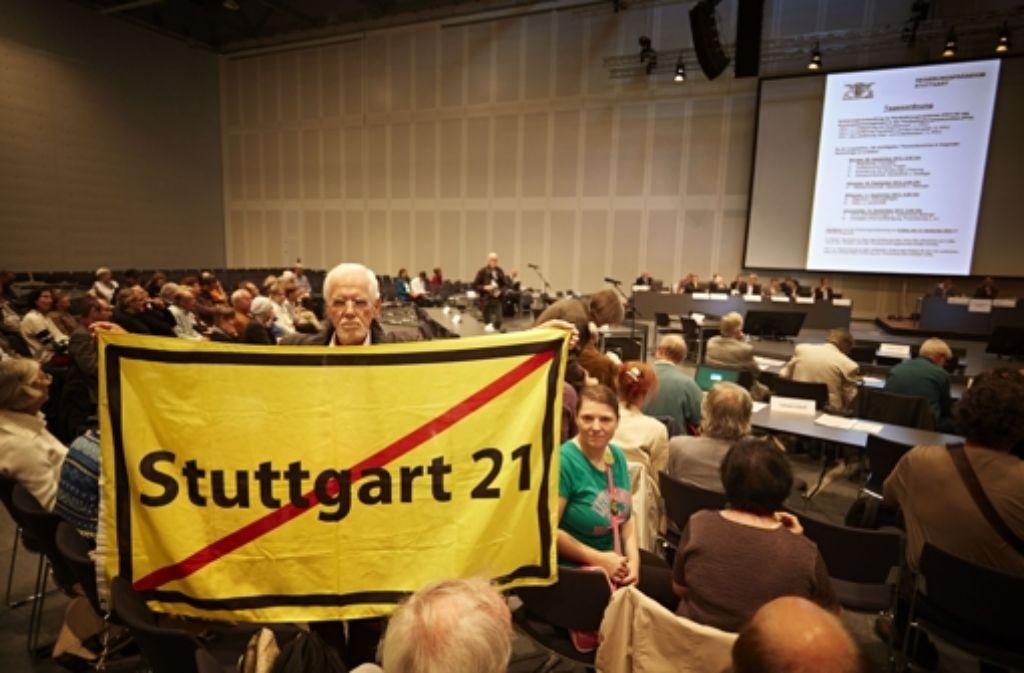 Rund 300 Kritiker von Stuttgart 21 verfolgen die Erörterung zum Grundwassermanagement im Kongresszentrum der Messe am Flughafen. Weitere Eindrücke aus dem Kongresszentrum sehen Sie in der Fotostrecke. Foto: Heinz Heiss