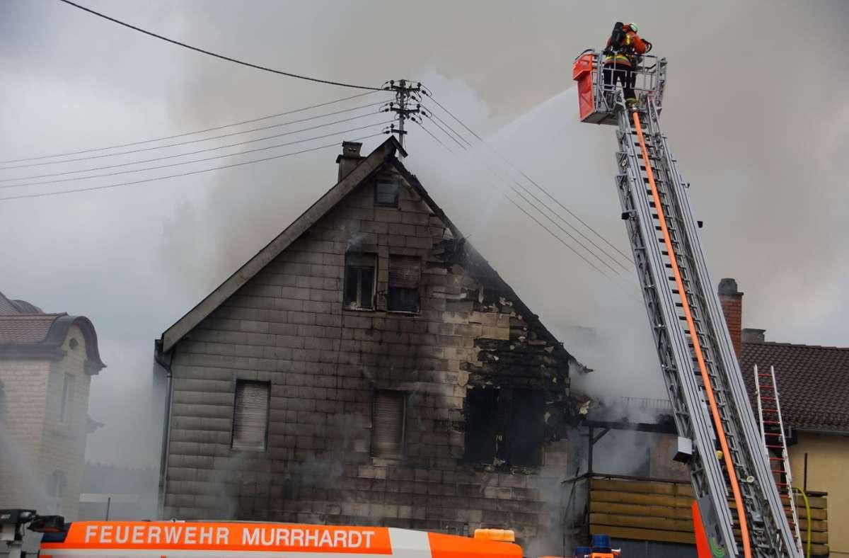 Das Feuer hatte am Montagnachmittag zwei Häuser schwer beschädigt. Foto: SDMG/ Hemmann
