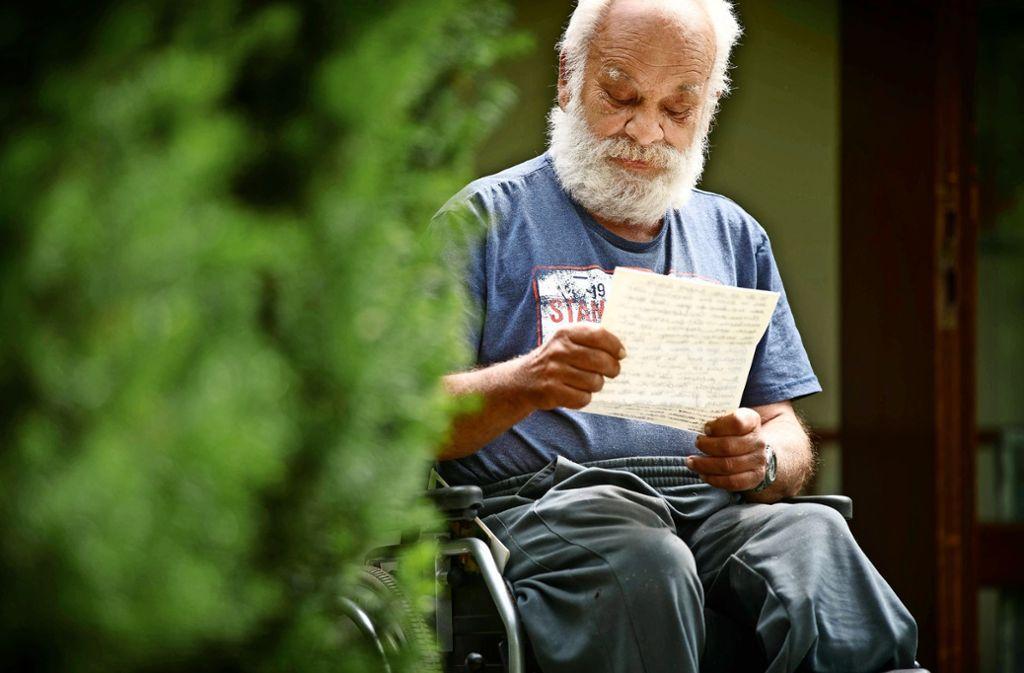 Eberhard Winiarski, der in einer Wohngruppe der Diakonie Stetten lebt,  liest seinen  Brief immer wieder gerne durch. Foto: Gottfried Stoppel