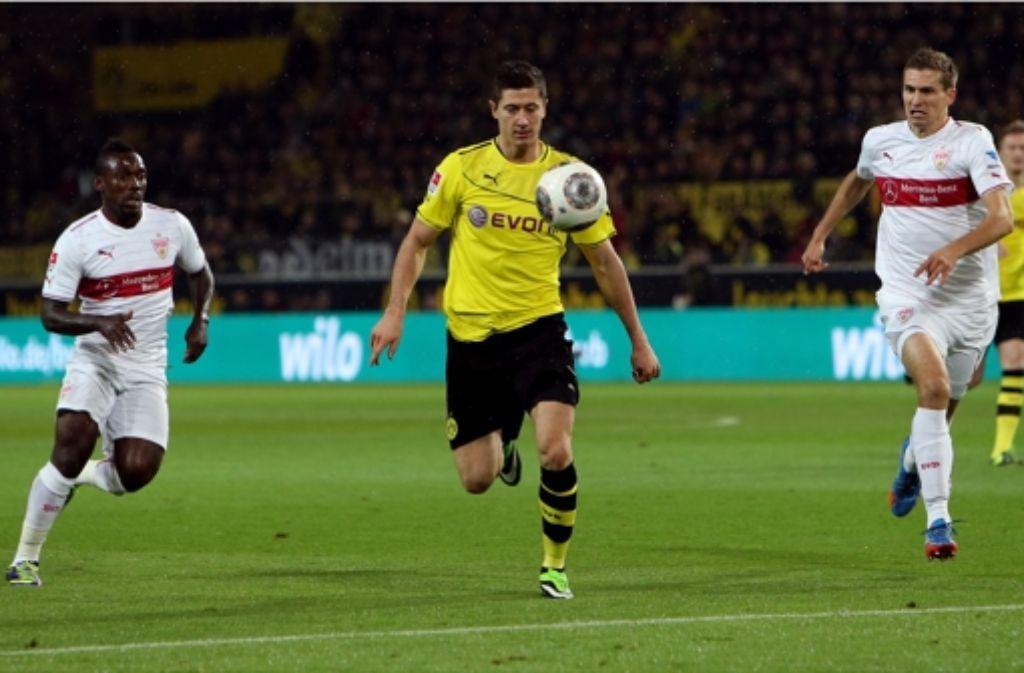 Nicht nur einen Tick zu spät: die VfB-Verteidiger Arthur Boka (links) und Daniel Schwaab verfolgen den Dortmunder Robert Lewandowski. Bilder des Spiels sehen Sie in unserer Galerie. Foto: Baumann