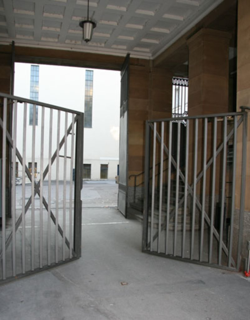 Hier kommt nur rein, wer am Staatstheater arbeitet oder einen Termin vereinbart hat:  Das Reich hinter dem pförtnerbewachten Eisentor ist weit verzweigt. Unser Weg führt ... Foto: bb
