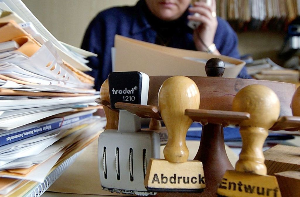 In vielen Amtsstuben wird unterschiedlich verdient – je nachdem, ob ein Tarifbeschäftigter oder ein Beamter hinter dem Schreibtisch sitzt. Foto: dpa
