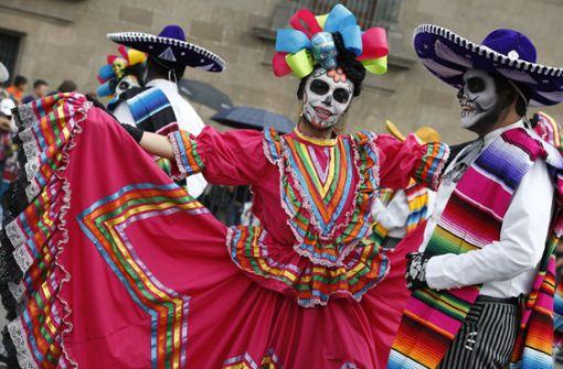 """Parade zum """"Tag der Toten"""" zieht durch Mexiko-Stadt"""